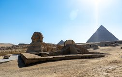 狮身人面象和伟大的金字塔在埃及 免版税图库摄影