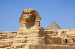 狮身人面象和金字塔在埃及 免版税库存图片