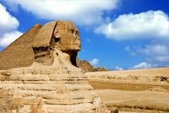 狮身人面象和金字塔 免版税库存照片