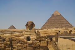 狮身人面象和金字塔Khafre (Chephren)和Menkaur (Mycerinus)在吉萨棉-开罗,埃及 库存照片