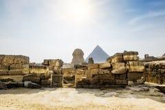 狮身人面象和Cheops金字塔在吉萨棉在背景o中 库存照片