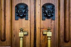 狮身人面象朝向在木门的入口 免版税库存图片