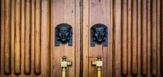 狮身人面象朝向在木门的入口 免版税库存照片
