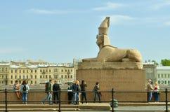 狮身人面象的雕象在内娃河的 免版税库存照片