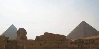 狮身人面象雕象和金字塔在吉萨棉埃及 古老结构 库存照片