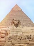 狮身人面象头的看法有金字塔的在开罗,埃及附近的吉萨棉 免版税库存照片
