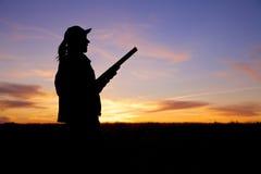 猎人准备好在日出 库存照片