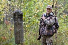 猎人在季度岗位附近的森林里 免版税图库摄影