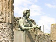 猎人女神戴安娜的古老古铜色雕象 免版税库存照片
