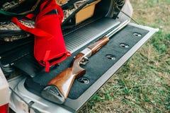 猎人弹药猎枪辅助部件打开树干汽车 免版税图库摄影