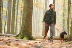 猎人或林务员在森林散步 免版税库存照片