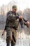 猎人拿着一只死的鸭子 免版税图库摄影