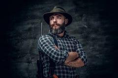猎人拿着一杆步枪 免版税库存照片