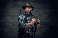 猎人拿着一杆步枪 免版税库存图片
