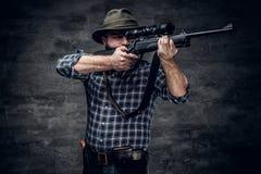 猎人拿着一杆步枪 库存照片