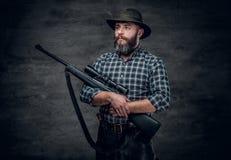 猎人拿着一杆步枪 免版税图库摄影