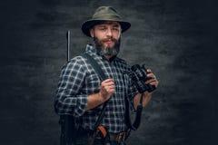猎人拿着一杆步枪 库存图片