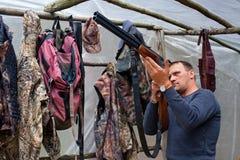 猎人清洗枪 免版税图库摄影