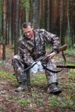 猎人清洁猎枪 免版税图库摄影