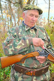 猎人负荷步枪 免版税库存照片