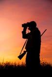 猎人Glassing在日出 免版税库存照片
