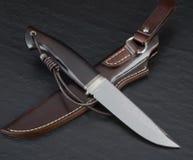 猎刀手工制造在黑背景 手工制造皮革的鞘 免版税库存照片
