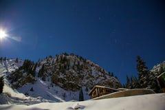 猎户星座和夜山的星座在冬天 库存照片