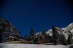 猎户星座和夜山的星座在冬天 免版税图库摄影