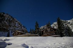 猎户星座和夜山的星座在冬天 免版税库存图片