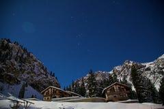 猎户星座和夜山的星座在冬天 图库摄影