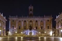 猎户星座在Palazzo Senatorio, Capitoline小山上上升,在罗马 库存图片