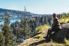 猎物岩石的女孩在北温哥华区, BC,加拿大 免版税库存图片