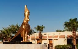 猎鹰由埃及神朝向Horus的一个金黄雕象  免版税库存图片