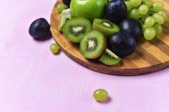 猕猴桃、葡萄和苹果的构成 库存图片