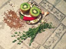 猕猴桃、辣椒、大蒜和麝香草静物画  免版税图库摄影