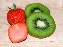猕猴桃切草莓 库存照片