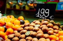 猕猴桃和桔子在市场摊位 免版税图库摄影