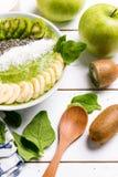 猕猴桃香蕉菠菜圆滑的人碗 库存图片