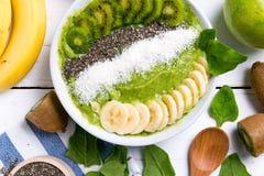 猕猴桃香蕉菠菜圆滑的人碗 库存照片