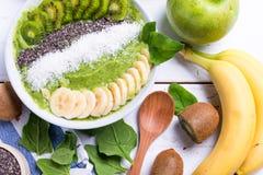 猕猴桃香蕉菠菜圆滑的人碗 免版税库存照片
