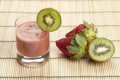 猕猴桃和草莓圆滑的人  免版税库存照片