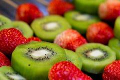 猕猴桃和草莓棍子 免版税库存照片