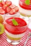 猕猴桃奶油甜点草莓酸奶 库存图片