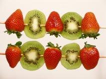 猕猴桃用针串起草莓 免版税图库摄影