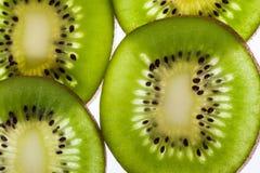 猕猴桃 与切片的美好的背景果子发光在阳光下 免版税图库摄影