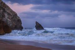 猛冲在大西洋普腊亚da Adraga,葡萄牙, 2017年5月 图库摄影