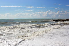 猛冲在海在一个夏天晴天 免版税库存照片