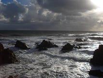 猛冲在狂放的海岸在卢瓦尔河大西洋省 免版税库存图片