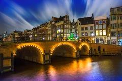 猛冲在阿姆斯特丹在晚上, Singel运河 库存照片