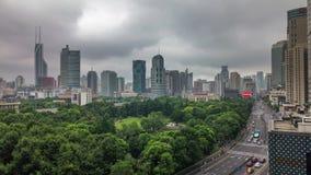 猛冲天空上海公园交通街道屋顶上面全景4k时间间隔瓷 股票视频